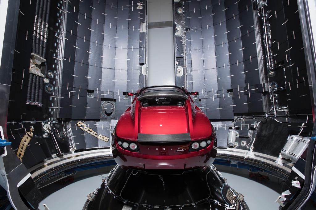 SpaceX запустит в космос ракету и машину Tesla