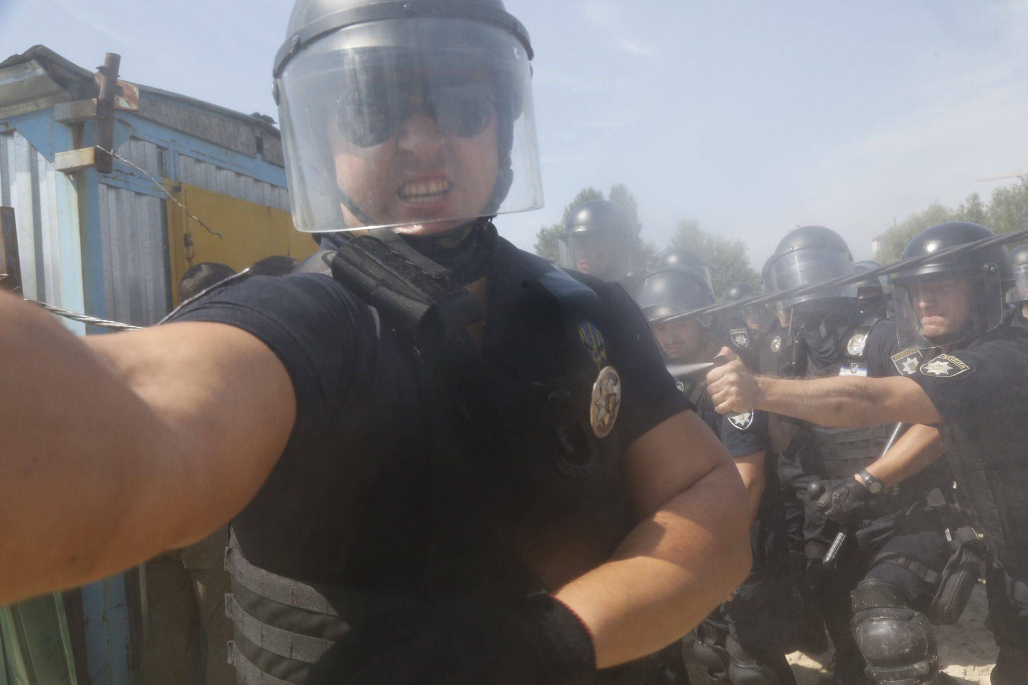 Залили газом: очередной журналист пострадал от действий полиции
