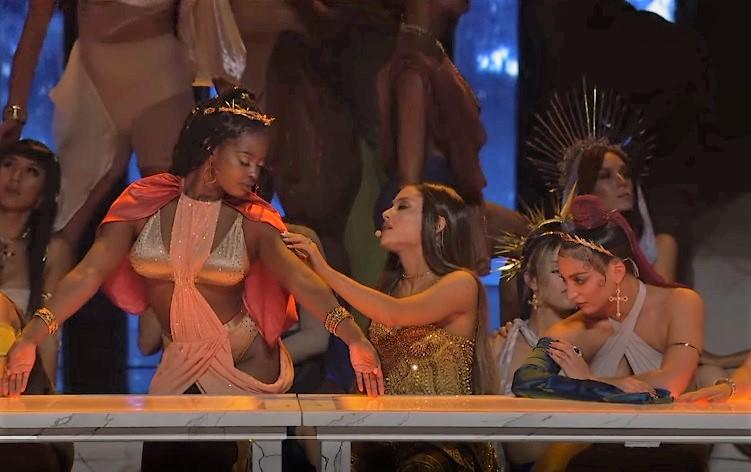 Видео дня: Ариана Гранде вышла на сцену в образе Иисуса