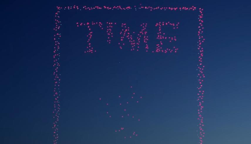Видео дня: 958 дронов выстроились в обложку выпуска Time о дронах