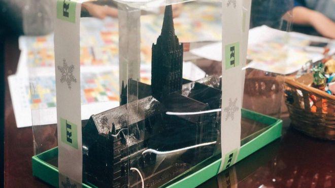 RT разослал шоколадный собор Солсбери «с тем самым шпилем» как подарок