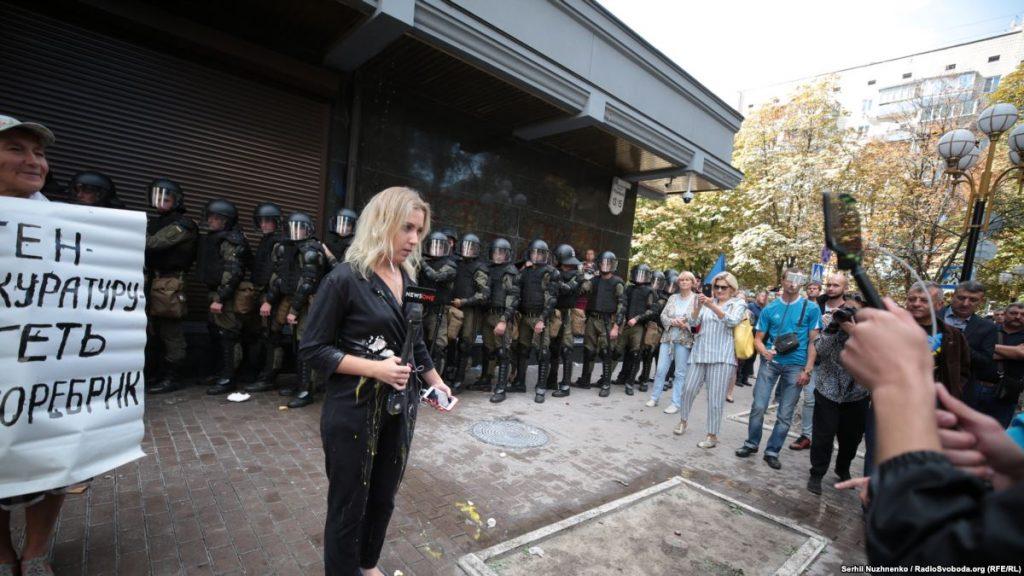📸Побили, кинули яйцо и облили кефиром: в Украине – только свободная журналистика
