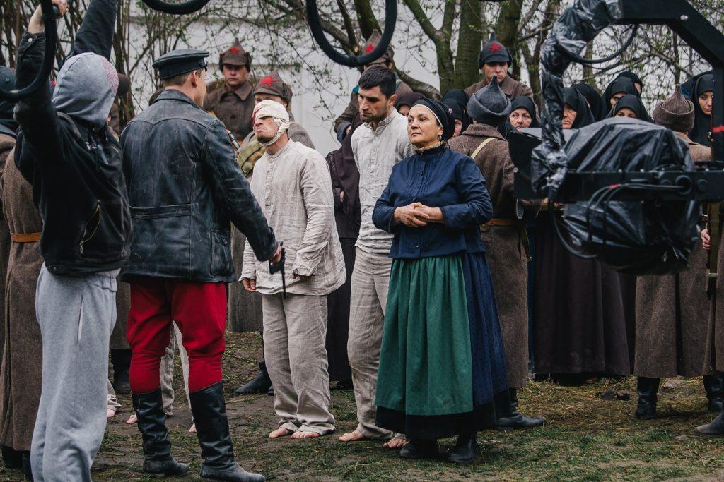 🎬100 лет войны: все, что нужно знать о фильме по роману «Черный Ворон»