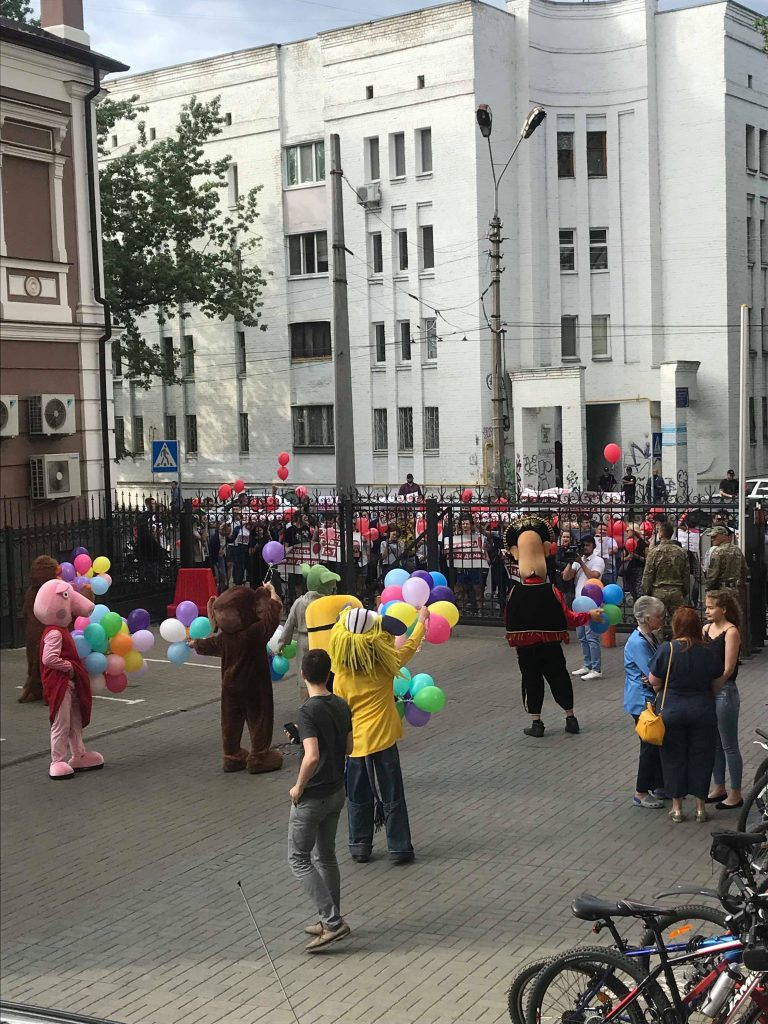 Под офисом «Плюсов» митинговали сторонники блогера Анатолия Шария